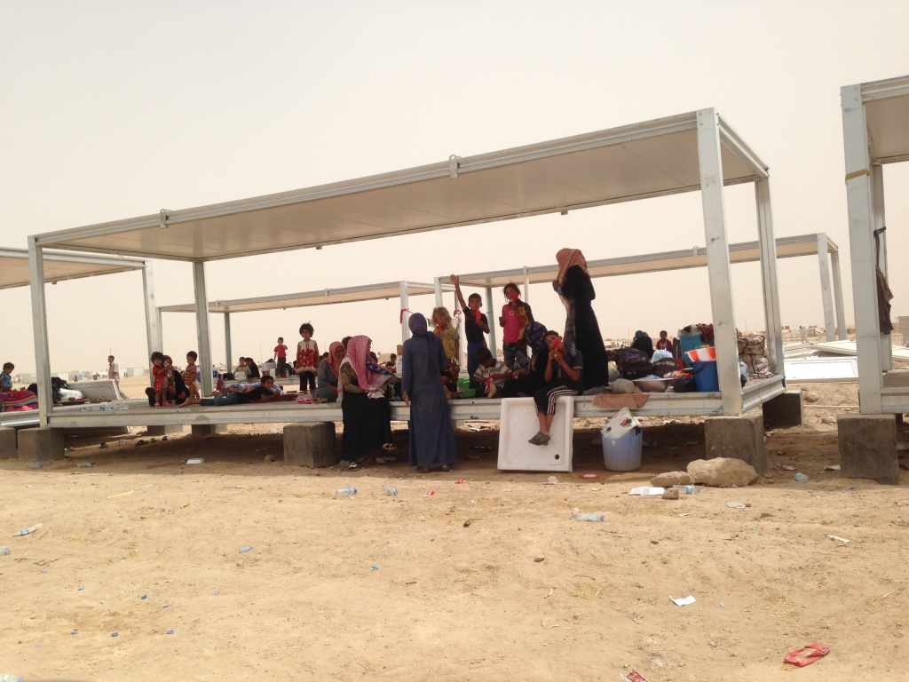 Families without tents at a camp for people fleeing fighting in Fallujah. Photo: Karl Schembri/NRC